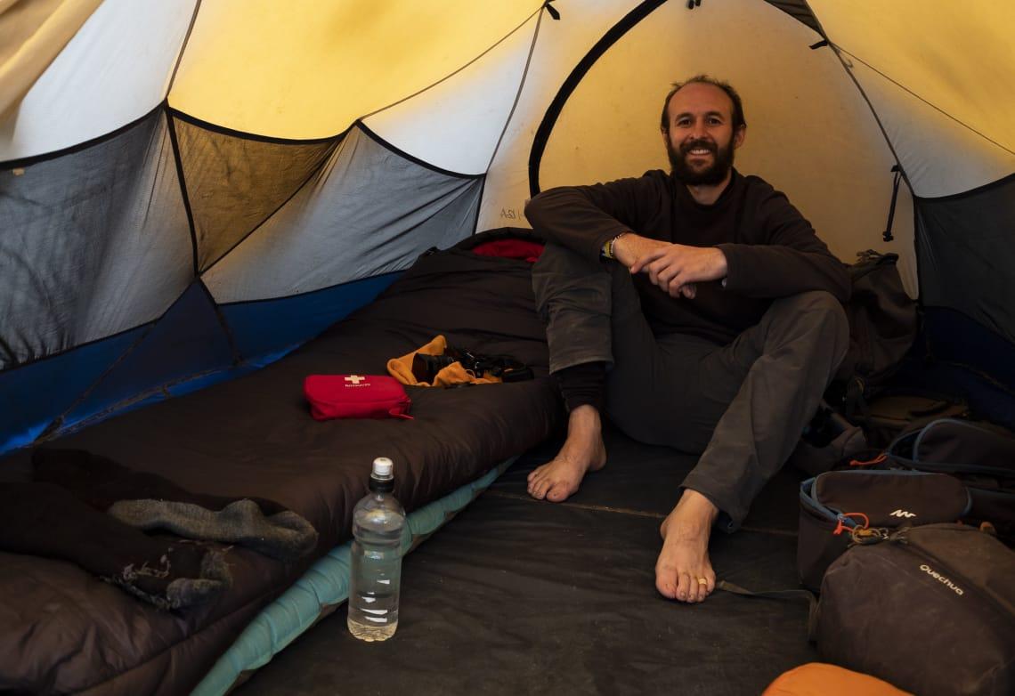 Kilimanjaro: hacer el trekking más alto de África - Worldpackers - Emilio - viajero en su carpa subiendo el kilimanjaro