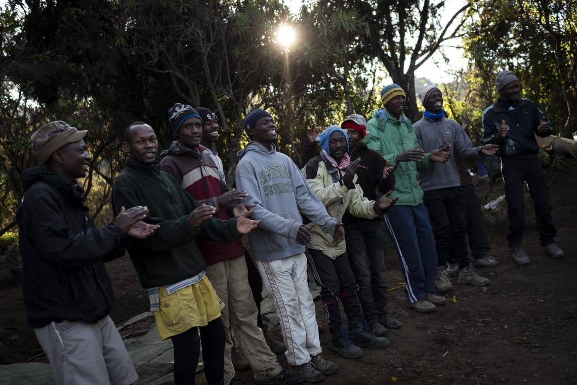 Porteadores cantándole al Monte Kilimanjaro.