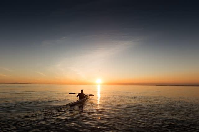Homem enfrentando seus medo e andando de caiaque sozinho no mar
