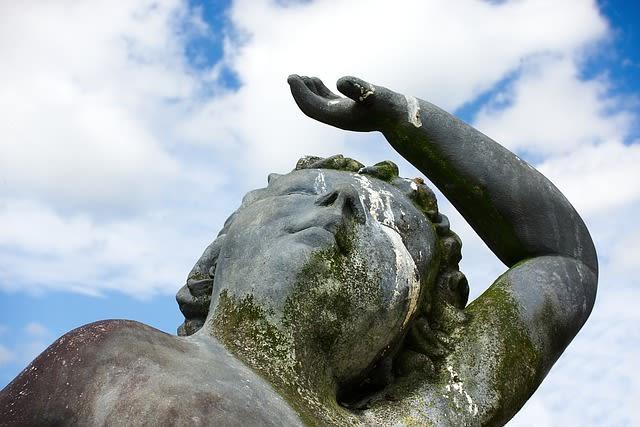 Estátua suja de cocô de passarinho