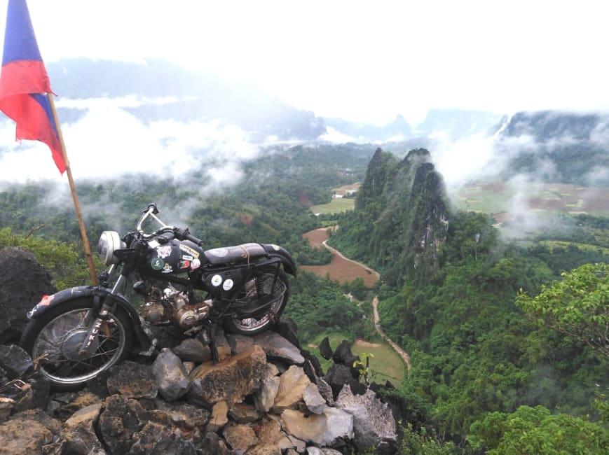 A moto no penhasco, ponto turístico de Nam Xay Top View