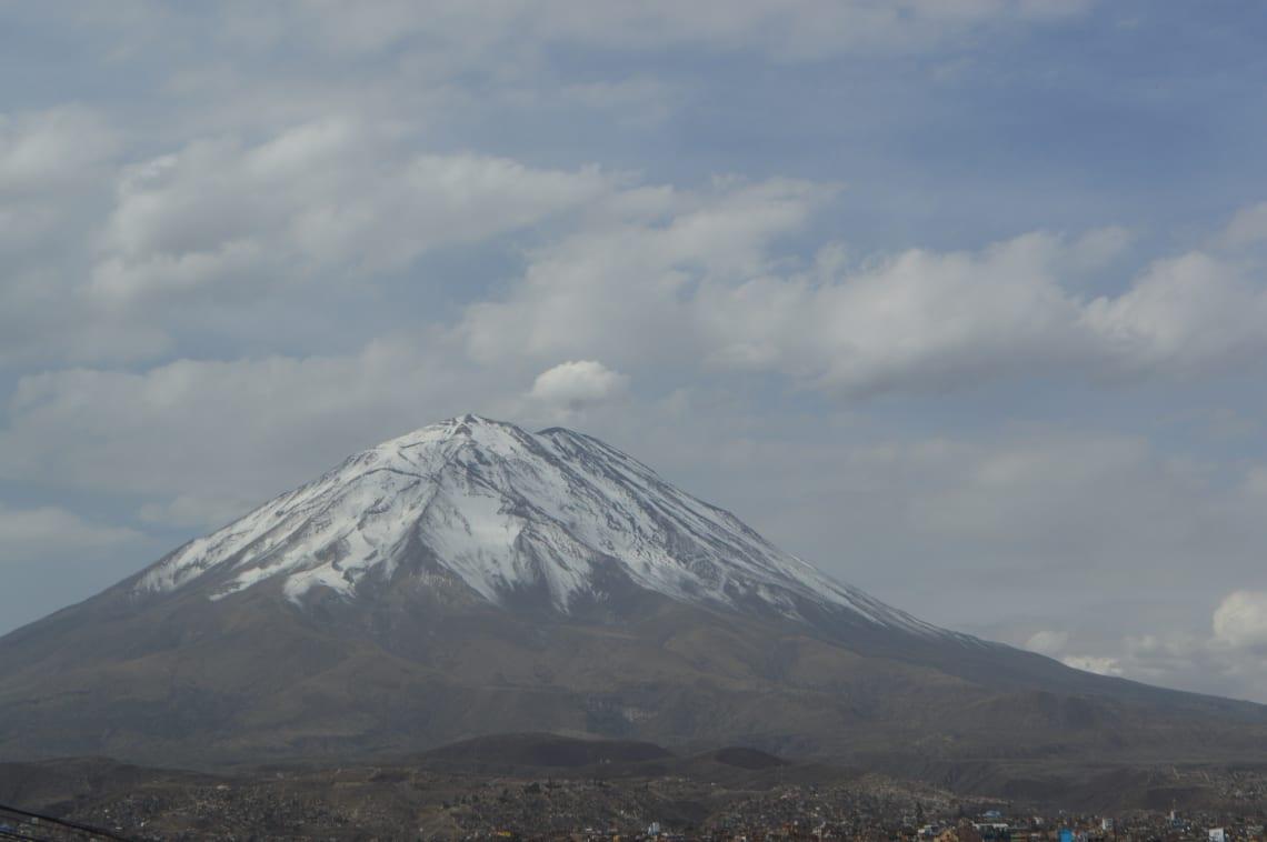 Ruta mochilera para visitar Perú: qué hacer y recomendaciones - Worldpackers - vista de la montaña en Arequipa