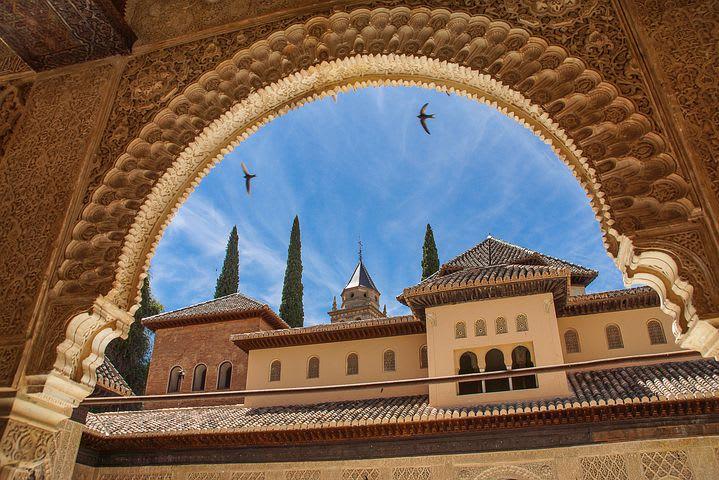 10 Consejos para viajar barato por España - Worldpackers - fachada del real Alcázar y detalles de la arquitectura madejar