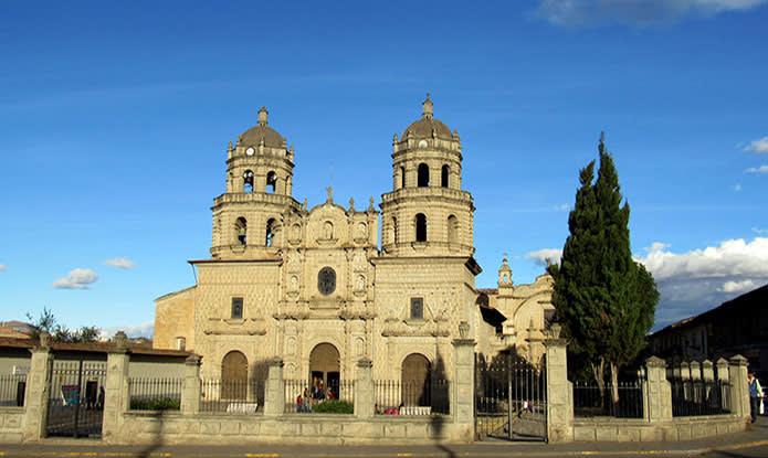 13 cosas que hacer en Cajamarca, Perú - Worldpackers - fachada de la catedral en Cajamarca