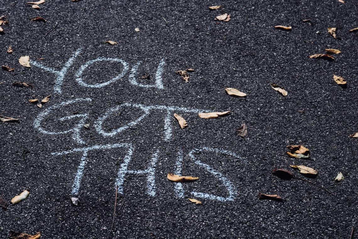Mensagem escrita no asfalto