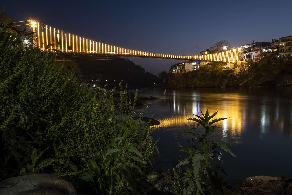 17 días haciendo un voluntariado en India, en la capital mundial del yoga: Rishikesh - Worldpackers - puente de noche con luces en Rishikesh