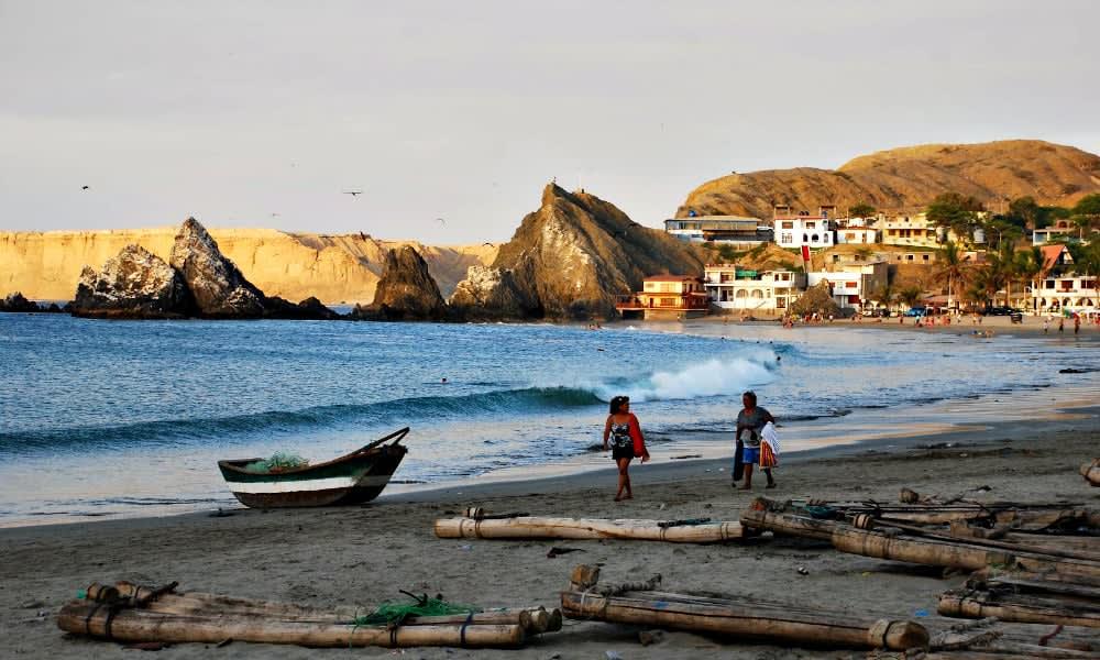 Qué hacer en Piura y sus alrededores - Worldpackers niños jugando en la playa en Piura