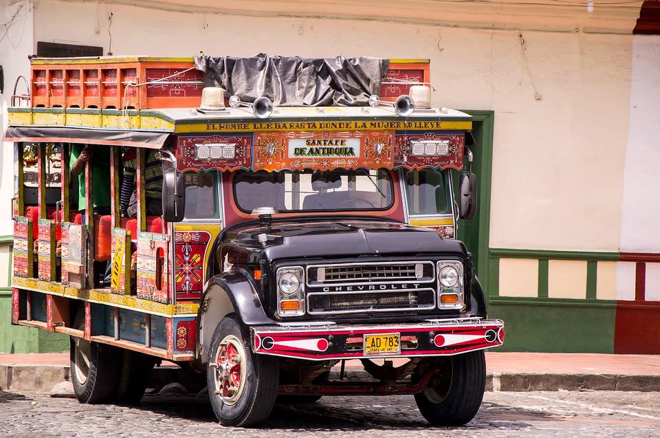 transporte para viajar por Colombia - chiva - Worldpackers