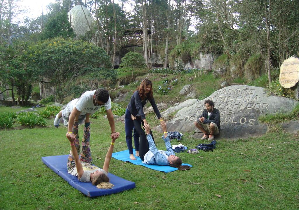 10 increíbles voluntariados en Sudamérica - Worldpackers - viajeros haciendo yoga en eco Yoga Village en Colombia