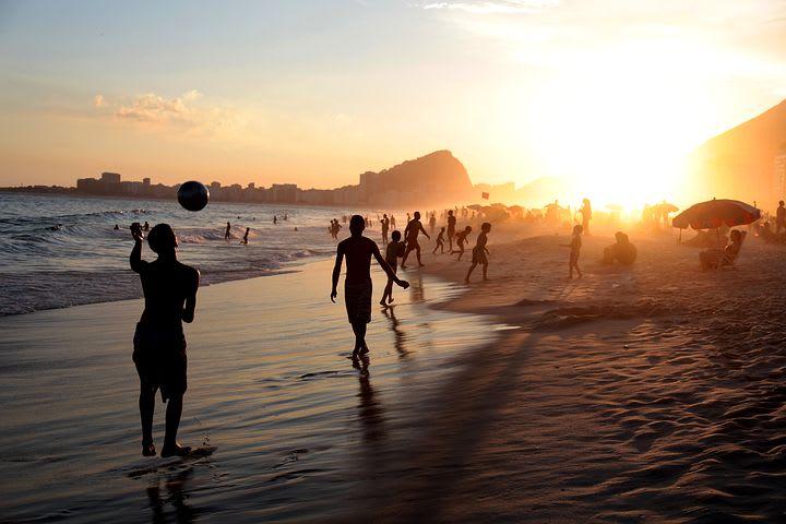 16 cosas que hacer en Río de Janeiro con poco dinero - Worldpackers - niños jugando en una playa en rio de Janeiro