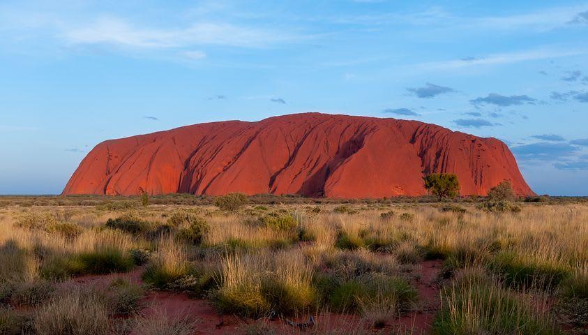 10 Road trips que todo mochilero debería hacer al menos una vez en su vida - Worldpackers - montaña Uluru en Australia