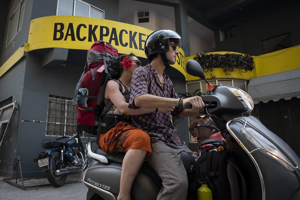 17 días haciendo un voluntariado en India, en la capital mundial del yoga: Rishikesh - Worldpackers - mochileros saliendo de un hostal