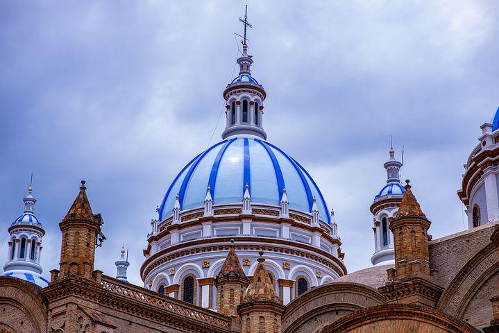 Los países más baratos de Sudamérica para viajar - Worldpackers - cúpula azul en cuenca ecuador