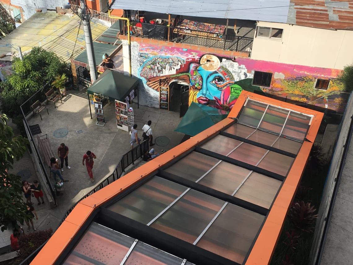 Lo que debes saber antes de visitar la Comuna 13, en Medellín - worldpackers - escaleras eléctricas comuna 13