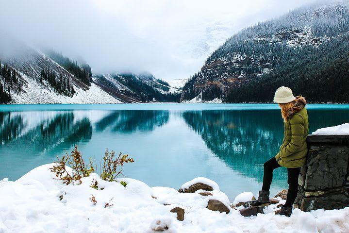 Consejos para viajar sola por Europa - Worldpackers - mujer en la nieve en europa