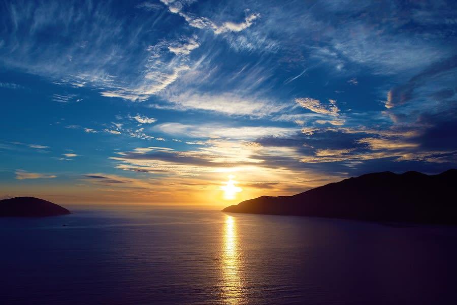 Pôr do sol visto de mirante em Arraial do Cabo