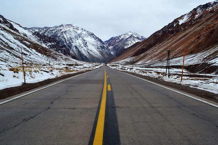 10 Road trips que todo mochilero debería hacer al menos una vez en su vida - Worldpackers - nieve en la carretera de la Ruta 40 en Argentina
