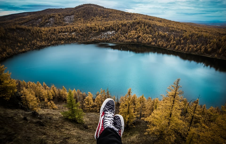 ¿Cómo se puede viajar y trabajar al mismo tiempo? - Worldpackers - viajero enfrente de un lago