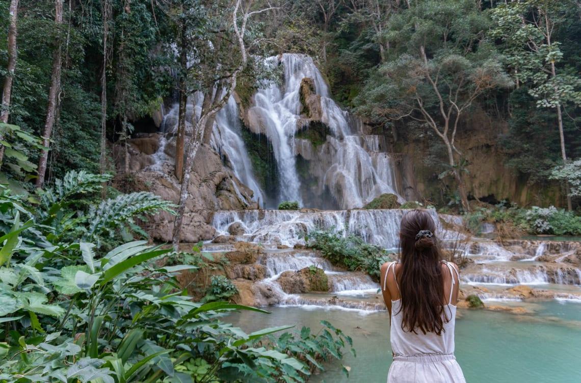 Hacer la ruta del Mekong: Laos, Camboya y Vietnam - Worldpackers - cascada de Kuang Si mujer viajera