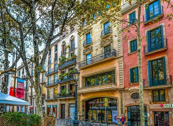 10 cosas que hacer gratis en Barcelona - Worldpackers - fachadas barrio de barcelona