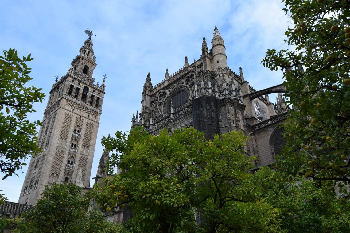 Rutas para recorrer España como mochilero - Worldpackers - Patio de los Naranjos en Sevilla