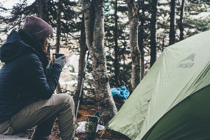 Cómo viajar sin gastar dinero - Worldpackers - mujer acampando