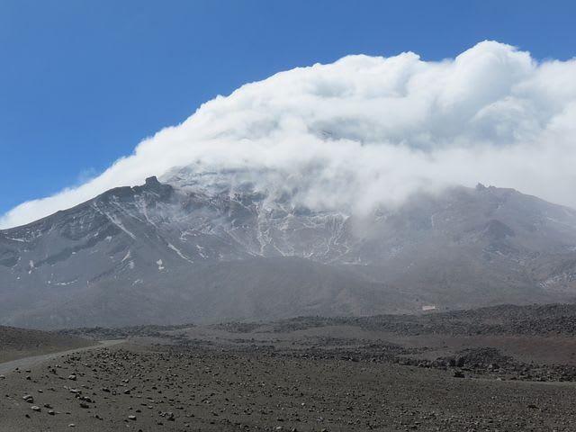 ¿Cuánto cuesta viajar a Ecuador?: todo lo que necesitas saber - Worldpackers - volcán en ecuador