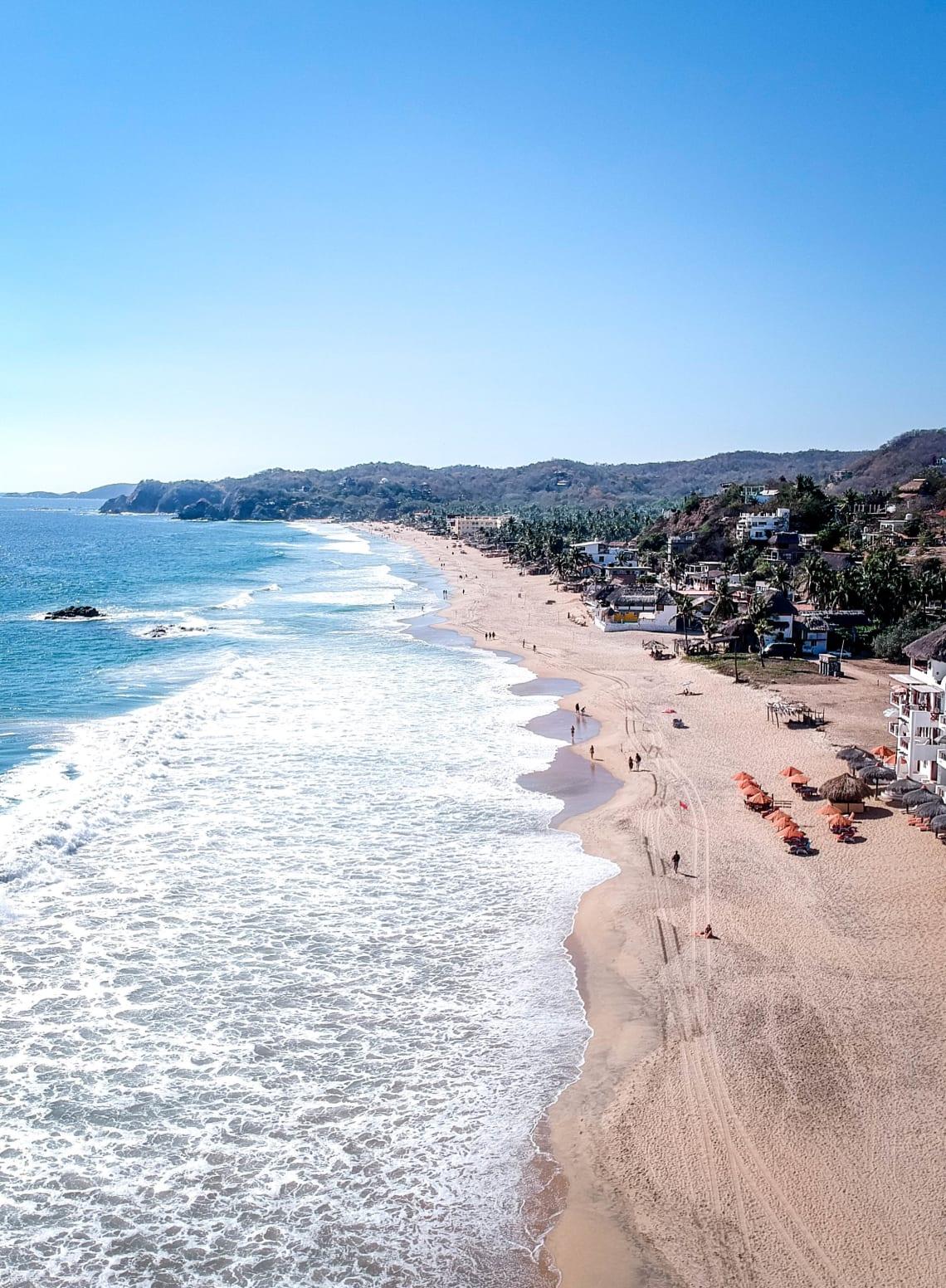 Lugares baratos para visitar Puerto Escondido, México - Worldpackers - vista aerea de una playa en puerto escondido