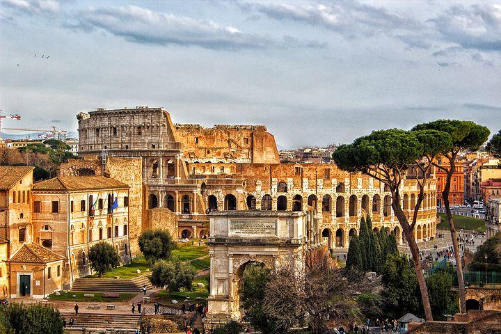 La guía definitiva para explorar Roma como un local - Worldpackers - coliseo romano visto desde el foro romano