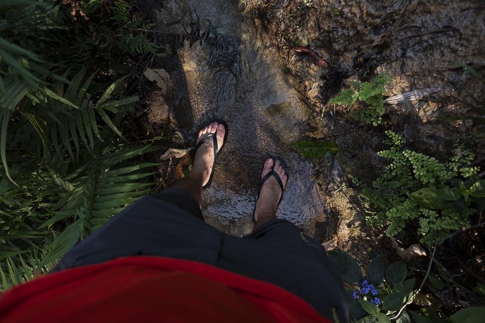 17 días haciendo un voluntariado en India, en la capital mundial del yoga: Rishikesh - Worldpackers - viajero caminando por el río en chanclas