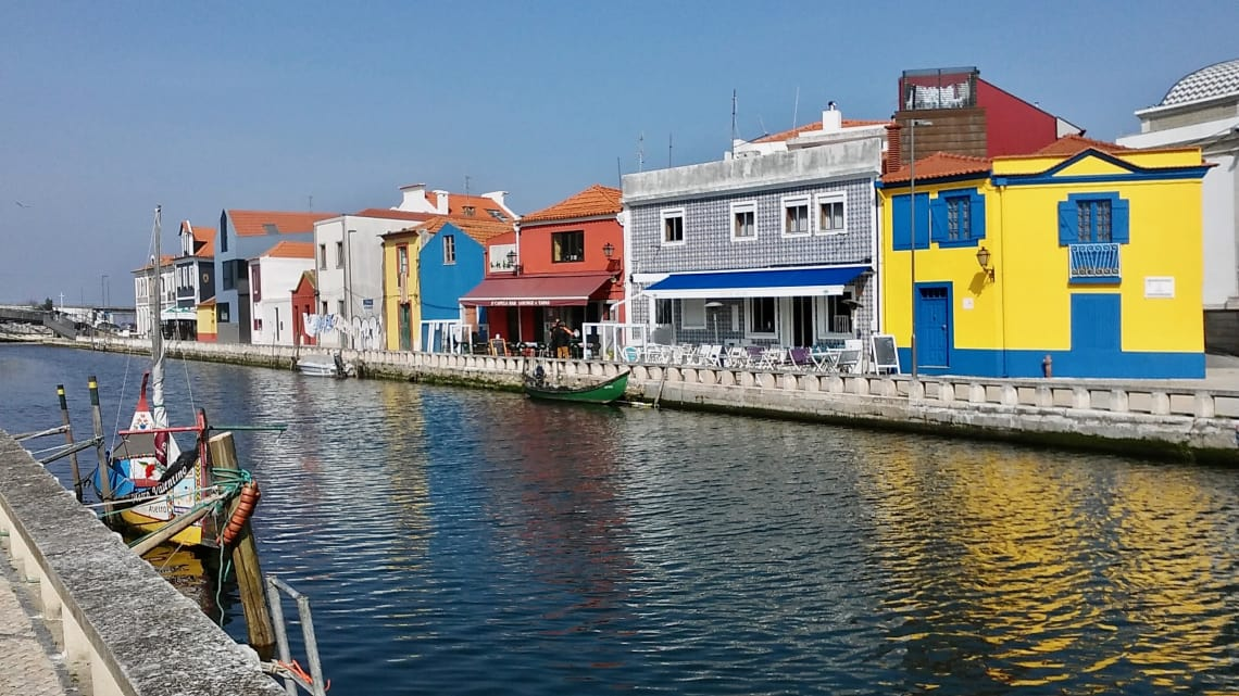 budget travel guide to aveiro canal