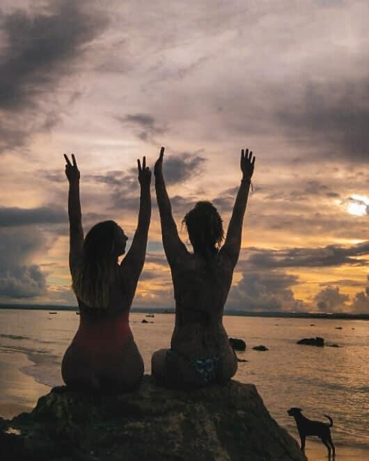 Camila y su amiga en la playa