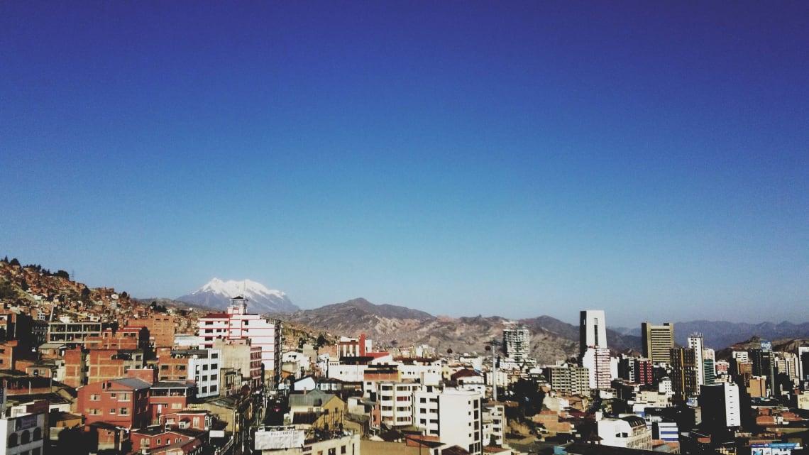 Mi experiencia recorriendo Sudamérica haciendo voluntariados - Worldpackers - vista de La Paz desde el hostal Rooftop Party Hostel