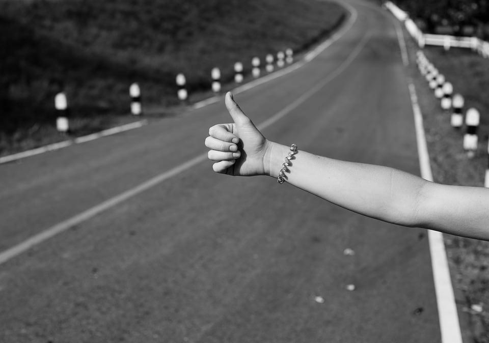 7 Razones por las cuales es recomendable salir de tu zona de confort - Worldpackers - viajera haciendo autostop