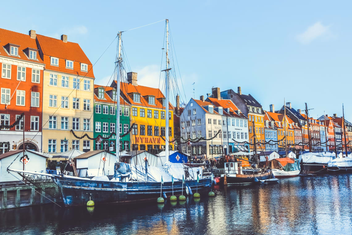 Vista de casas a beira rio em Copenhague