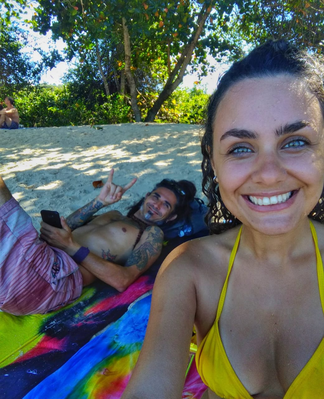 voluntária e anfitrião curtindo tempo livre na praia