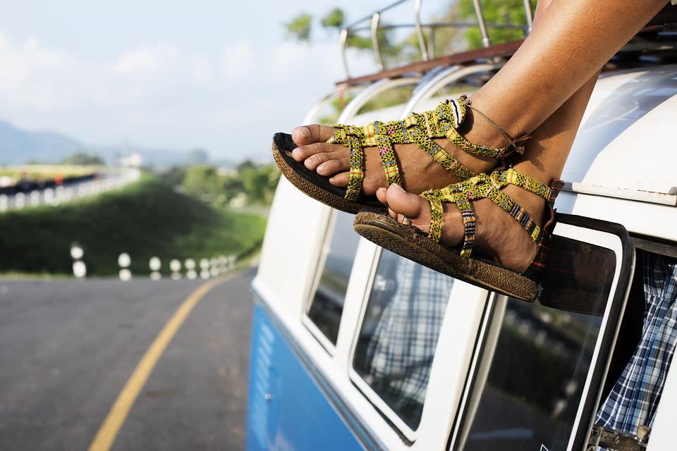 Todo lo que debes saber antes de emprender un viaje sola - Worldpackers - mujer viajando sola en la carretera