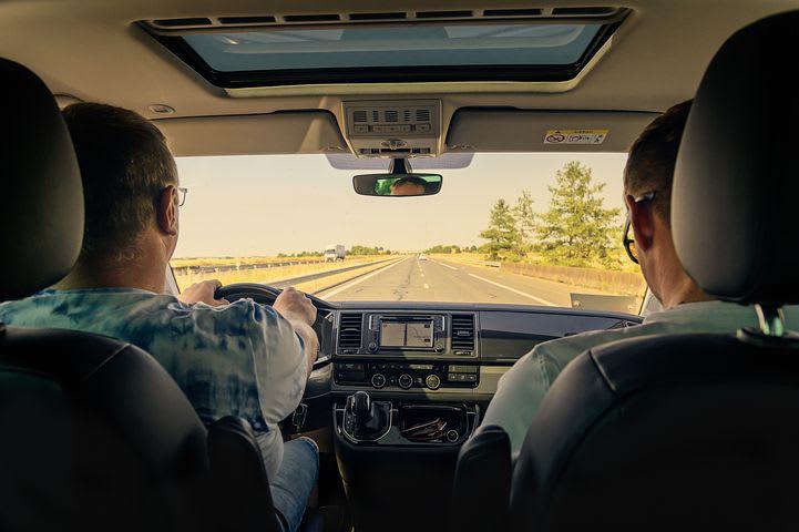 10 Consejos para viajar barato por España - Worldpackers - compartiendo coche en las autopistas de españa