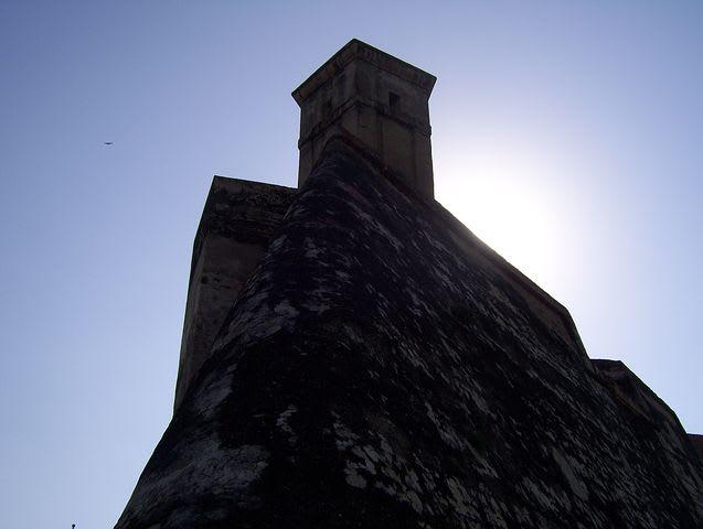 10 cosas que puedes hacer en Cartagena con poco dinero - Worldpackers - muralla de cartagena desde abajo