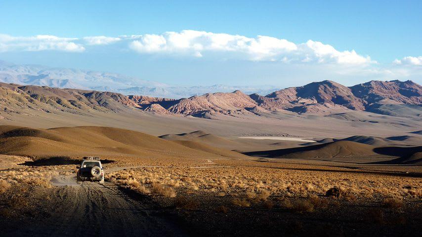 Cómo viajar por el norte de Chile con bajo presupuesto - Worldpackers - auto pasando por el desierto de Atacama en chile