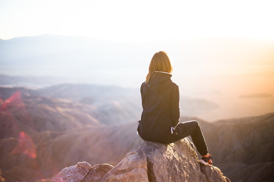 Ideas para financiar un año sabático - Worldpackers - viajera en la montaña