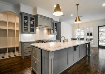 Hot Trend: Two-Toned Kitchen