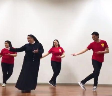Religiosa de Freire dirige un colegio y bailando prepara a los alumnos para acoger al Papa