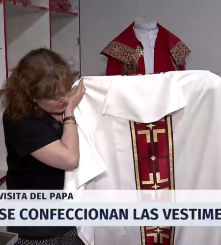Taller de Estación Central prepara las vestimentas para la visita del Papa