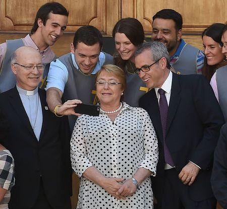 Presidenta Bachelet se reúne con voluntarios y comisión de la visita del Papa Francisco