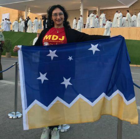Distintas banderas, un mismo objetivo: mostrársela a Francisco