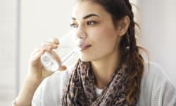 रोजाना सुबह खाली पेट एक गिलास गर्म पानी पीने से होते हैं ये 7 फायदे