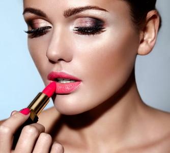 Konturieren und Strobing für schönes MakeUp Wundercurves
