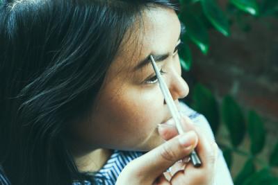 CLINIQUE Augenbrauen nachgezogen Wundercurves Frühlings-Make-up