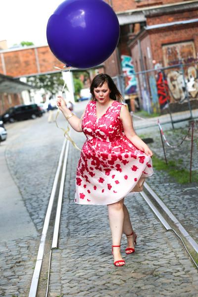 Dein schickes Kleid in großen Größen ganz einfach bei Wundercurves online finden!
